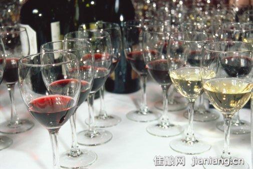 实际上用来储存葡萄酒的橡木桶一般只用两年,最多三年酒厂就要