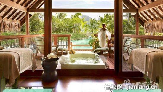 心灵的放松 四季度假村的Spa中心位于一个环礁湖的边缘,周围环绕着热带树林和湛蓝的海水。客人需提前一个小时预约,才能在此尽情享受。这个中心拥有桑拿房,室外活力泳池,感应淋浴室,普通淋浴房,更衣室和为男宾和女宾独立设置的休息区。 度假村还有四间餐厅和几间酒吧,餐厅供应本地的水果和蔬菜以及新鲜的海鲜;客人们也可以在面对大海的景观阳台上和海边享受美味的晚餐,度假村为各方游客提供各种海洋气息十足的休闲娱乐方式。