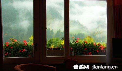 """酒文化 酒旅      入住的旅馆也是""""看得见风景的房间"""",阳台正对着海拔"""
