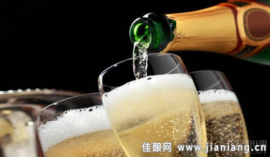 那么,对于香槟和其他类型的起泡酒,应该如何倒呢?倒起泡酒的方法跟倒静止型的干红、干白葡萄酒的方法很接近,只是由于它带有大量气泡,所以还是有些特别的地方。倒起泡酒的时候,先倒少量到杯子里,等气泡稳定下来了,再继续倒,直到倒满杯子的3/4。饮用起泡酒的时候,一般不适合转杯,所以可以把杯子倒得满一些。