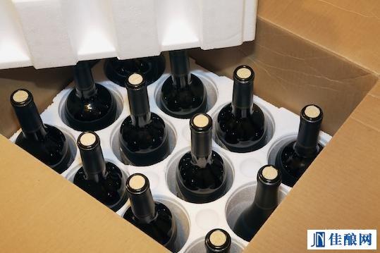 有一些航空公司可以向乘客提供密封葡萄酒托运箱.