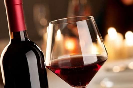 生活中拿红酒图片素材