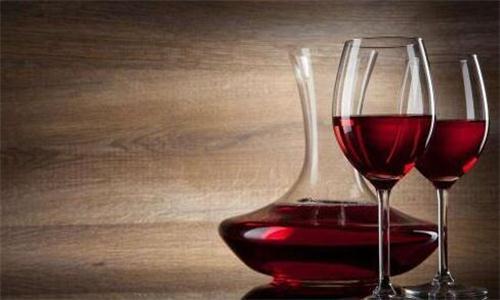为了更好地鉴赏这款葡萄酒,倒酒的量应该为杯子的三分之一.
